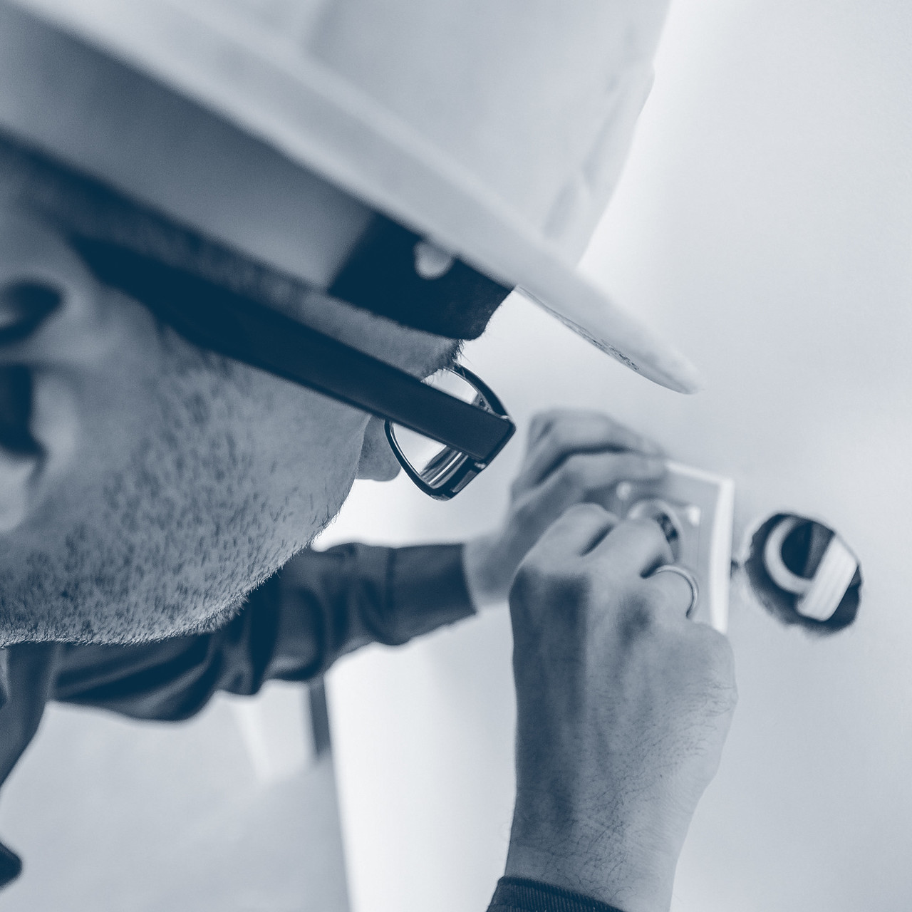 6 electricians for electric installations/cable pulling